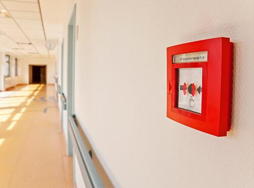 Ein Feuermelder Auf Dem Flur Einer Schule Mit Schallschutz Und Schalldämmung