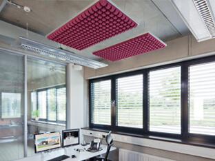 Ääniabsorbentit, kuten ripustuskasettiin kiinnitetty SH005, estävät äänen leviämisen suoraan työpisteen yläpuolella.