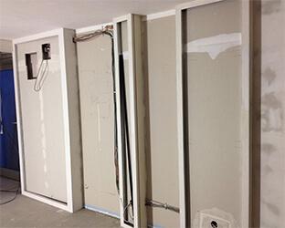 Les compartiments muraux sont créés par construction sèche.