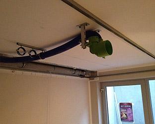 La ventilation du home cinéma est installée au plafond.