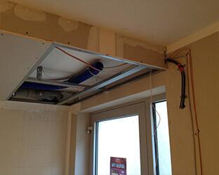 Le plafond est suspendu par construction sèche et peut accueillir les éléments techniques