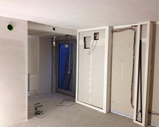 Un compartiment mural spécial pour la porte coulissante afin d'assombrir la pièce