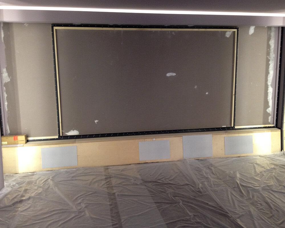 Un cadre en bois équarri est également construit le long des bords extérieurs de l'écran et du mur de projection. Sur la photo, des profils de tension ont déjà été fixés à la sous-structure.