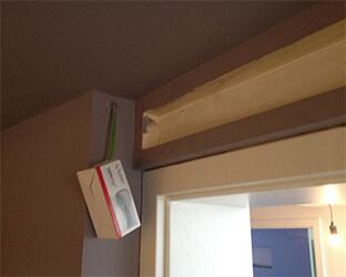 Même les petites zones au-dessus de la porte doivent être entourées d'une sous-structure de bois équarri.
