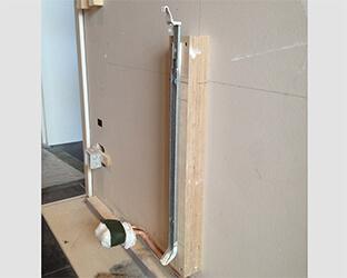 Bois équarri le long de la suspension de radiateur comme sous-structure de la toile
