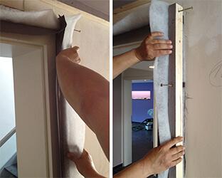 La bande de tissu doit être suffisamment large pour pouvoir être repliée vers l'intérieur sur le bois équarri et le profilé.