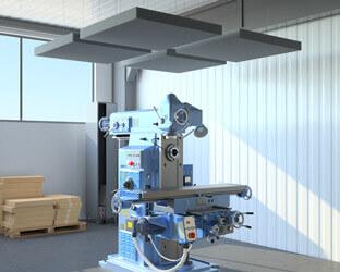 Akustiksegel über lauten Maschinen verhindern die Ausbreitung von Lärm in der Halle.