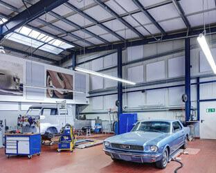 Selbstklebende Schalldämmplatten an Wand und Decke absorbieren Schall und verringern den Nachhall.
