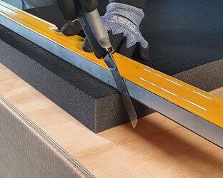Das Messer wird in einem rechten Winkel zum Absorber angesetzt.