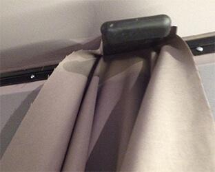 Fixation du tissu dans le profil à l'aide de la spatule
