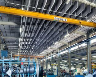 Akustik Baffeln unterhalb der Hallendecke absorbieren Lärm.