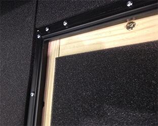 Les absorbeurs de bruit sont insérés précisément dans la sous-structure.