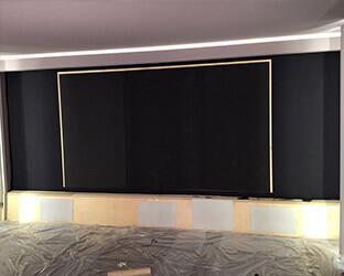 Le cadre de l'écran prêt à être installé