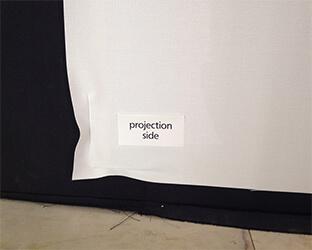 L'écran est inséré dans les profils de serrage.