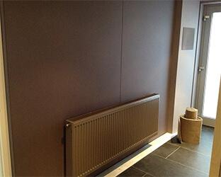 Mur de fond recouvert de tissu acoustique dans un home-cinéma