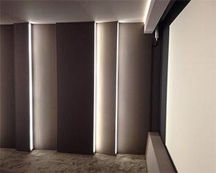 L'éclairage LED dans le mur fournit une lumière d'ambiance pour le home-cinéma.