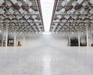 Kubische Deckenabsorber sind durch ihre großzügige Dimension besonders effektiv beim Schallschutz einer Halle.