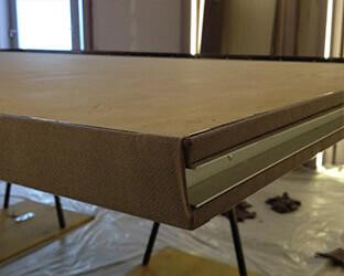 Les bords extérieurs visibles de la porte coulissante et les profils de tension sont recouverts d'un tissu acoustique.