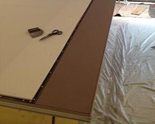 Les minces panneaux d'insonorisation de la porte coulissante sont recouverts d'un tissu acoustique.