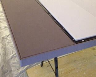 Les côtés extérieurs et une partie de la surface de la porte coulissante sont déjà recouverts d'un tissu acoustique.