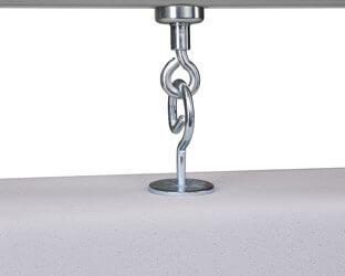 Bohrfreie Montage: Über das clevere Magnetsystem können die aixFOAM Schallabsorber schnell und einfach an der Hallendecke angebracht werden.