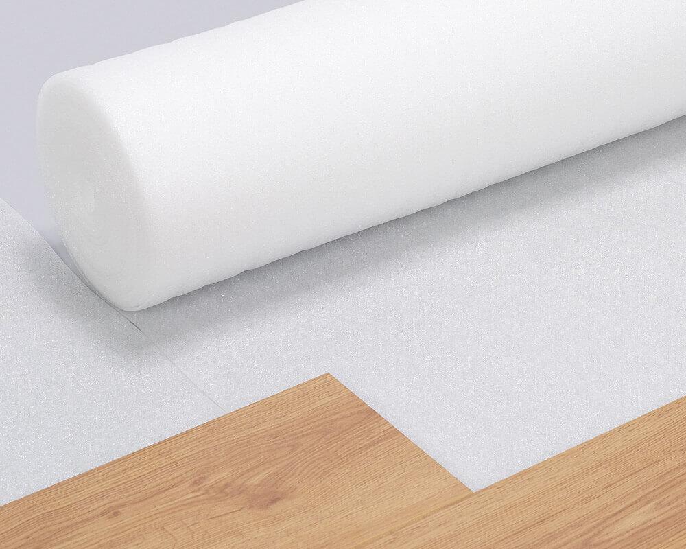 PE-Folie als Trittschalldämmung wird bahnenweise unter dem Bodenbelag verlegt.