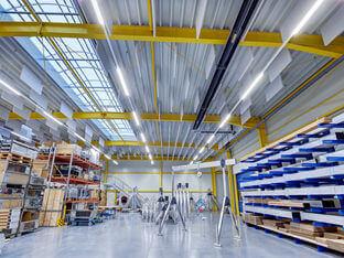 Schallschutz in einer Produktionshalle mit aixFOAM Akustik Baffeln SH001VMH