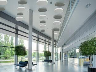 Schallabsorber SH010CIRCLE an der Decke eines Foyers