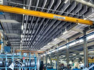 Schallschutz in einer Industriehalle mit aixFOAM Akustik Baffeln SH001VMH und geklebten Schallabsorbern SH001MH Industry