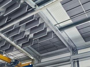 Schalldämpfung in einer Industriehalle mit hängenden Akustik Baffeln SH001VMH und geklebten Schallabsorbern SH001MH Industry