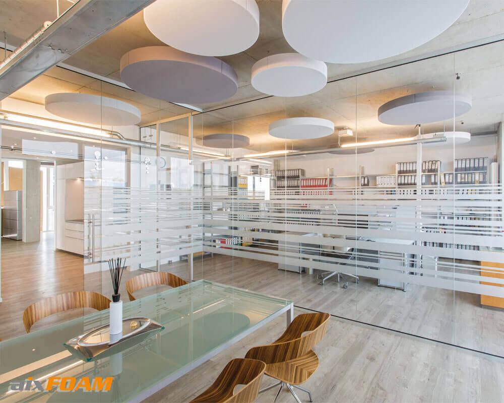 Modernit SH010CIRCLE-akustiikkalevyt pitävät huolen paremmasta akustiikasta ja toimiston tyylikkäästä ulkonäöstä.