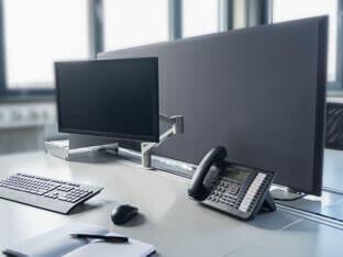 Pöytiä erottavat aixFOAM-väliseinät SH080 imevät itseensä melua suoraan lähteestä ja tuovat työrauhaa ja auttavat keskittymään.