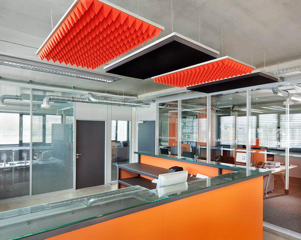 Kauniissa alumiinikasetissa kattoon ripustetut SH003- ja SH006-levyt parantavat toimiston akustiikkaa ja ulkonäköä.