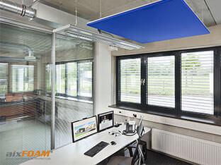 Suoraan työpisteen yläpuolella olevat SH030Quadrat-akustiikkapurjeet vaimentavat ääntä ja tuovat huoneeseen lisää tyylikkyyttä.