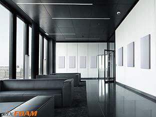 Schalldämpfung mit aixFOAM Akustikelementen SH001 an der Wand eines Foyers