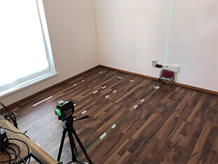 Levyjen asettelun suunnittelu maalarinteippiä käyttäen lattialla