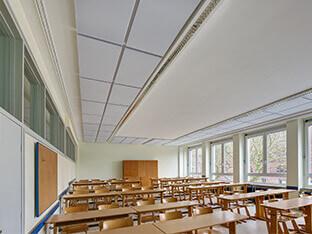 Schalldämpfung mit aixFOAM Akustikelementen SH001 MH an der Decke eines Klassenzimmers