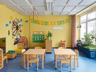 Schalldämpfung mit aixFOAM Akustikelementen SH001 MH an der Decke eines Kindergartens