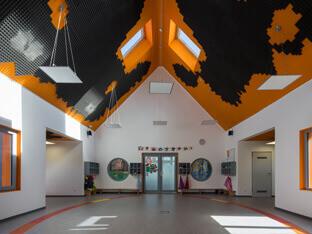 Schalldämpfung mit aixFOAM Akustikelementen SH003 MH an der Decke eines Kindergartens
